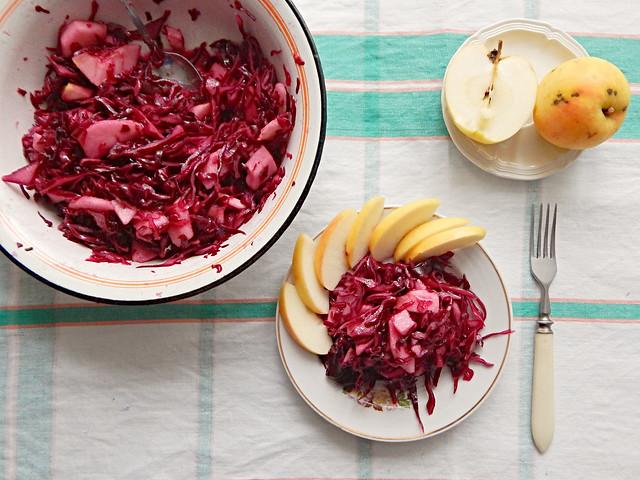 Салат из краснокочанной капусты с яблоками, рецепт из Книги о вкусной и здоровой пище | HoroshoGromko.ru