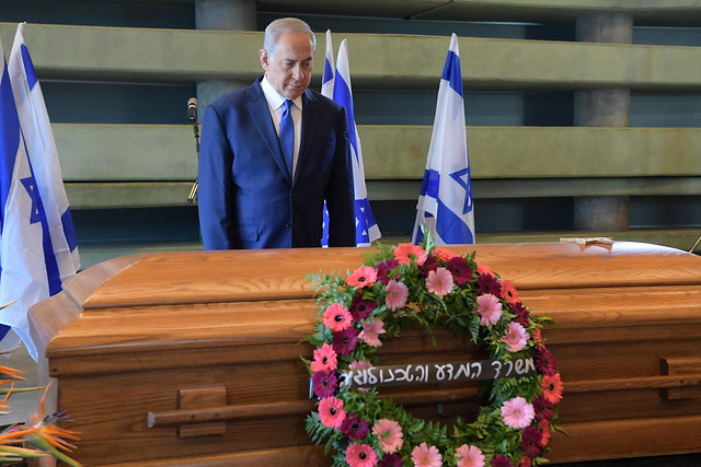 ראש הממשלה בנימין נתניהו חולף על פני ארונה של רונה רמון ז