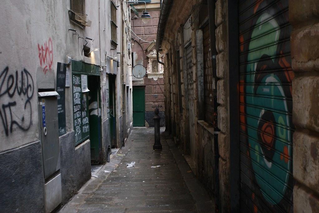 Ruelle de Gènes entre street art et madones.