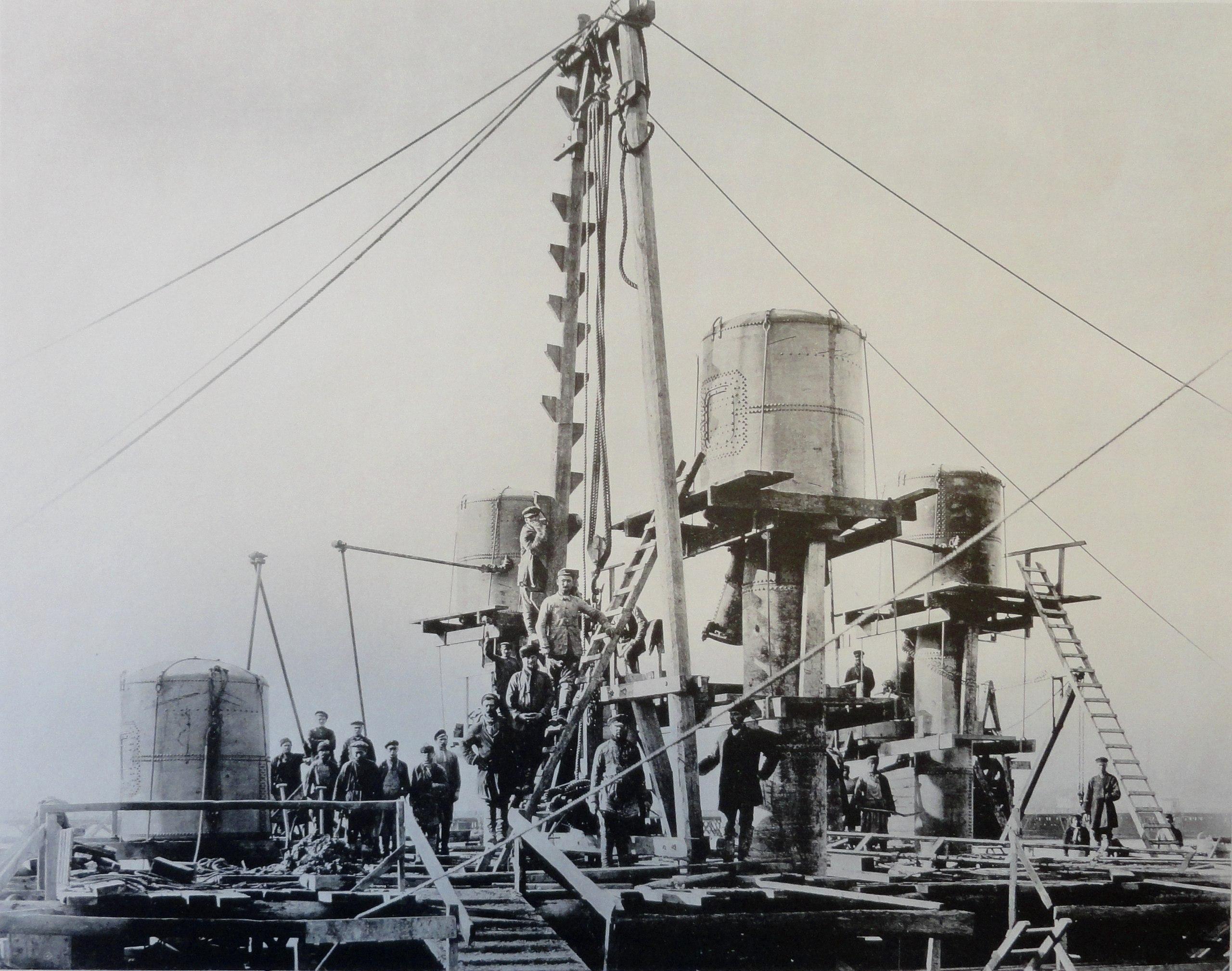 1900. Погружение кессона быка №1.