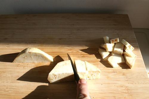 22 - Knollensellerie grob würfeln / Dice celeriac