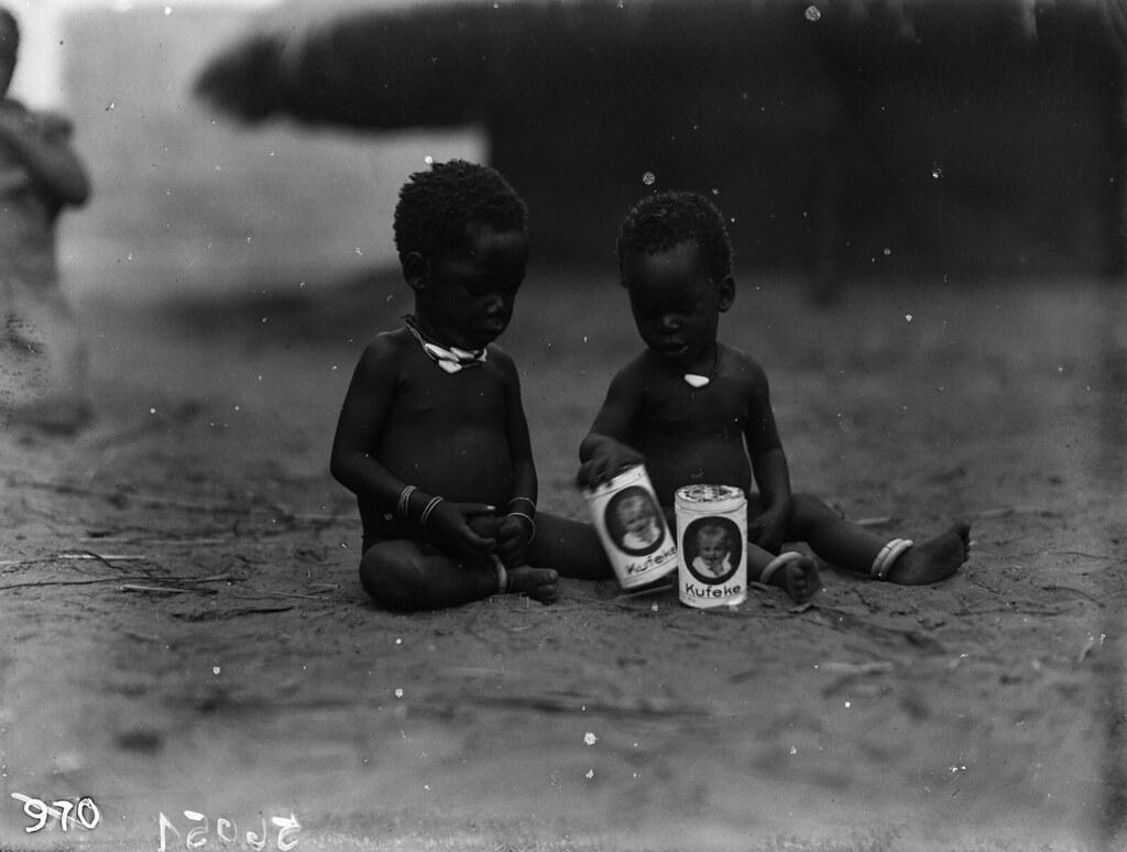 Катаба. Дети с банками детского питания