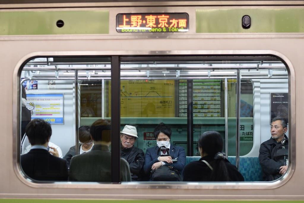 Hombre con mascarilla en el metro
