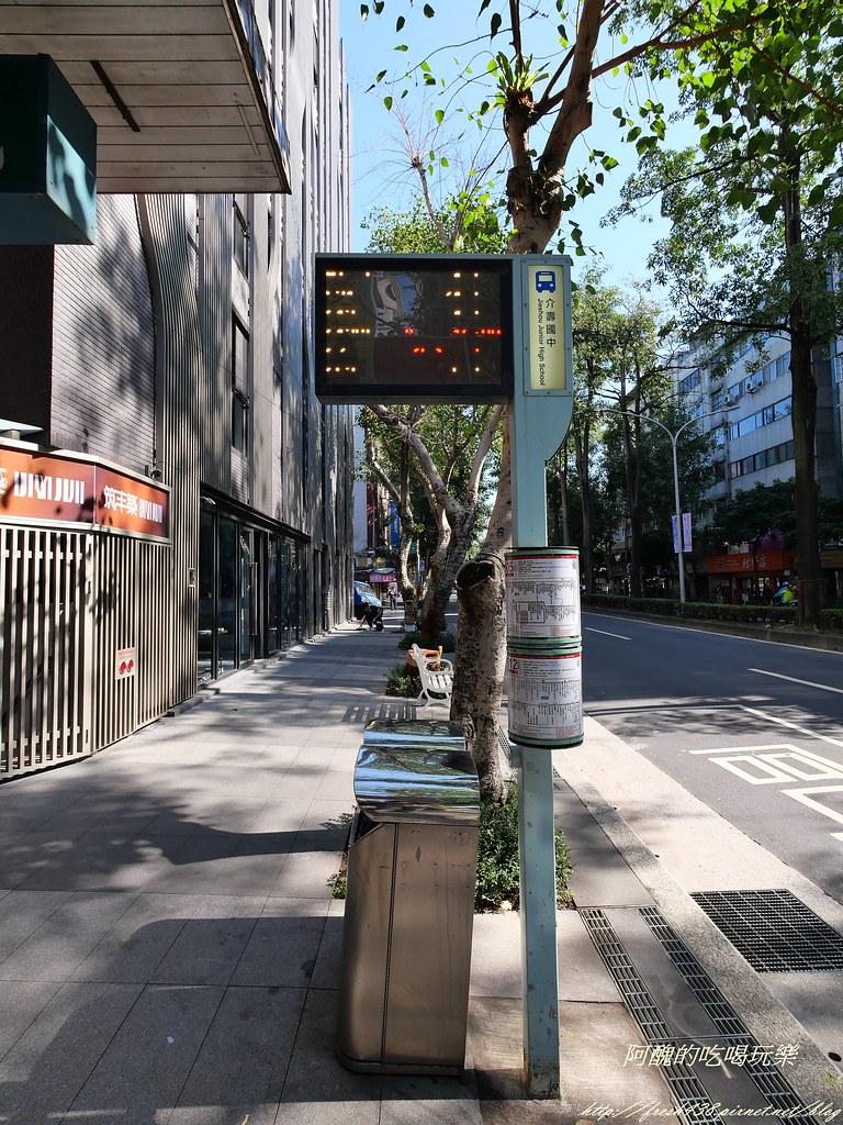 P1000689公車站牌離50m