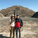 A Non-Selfie Photo of Us at Teotihuacan por GlobalGoebel