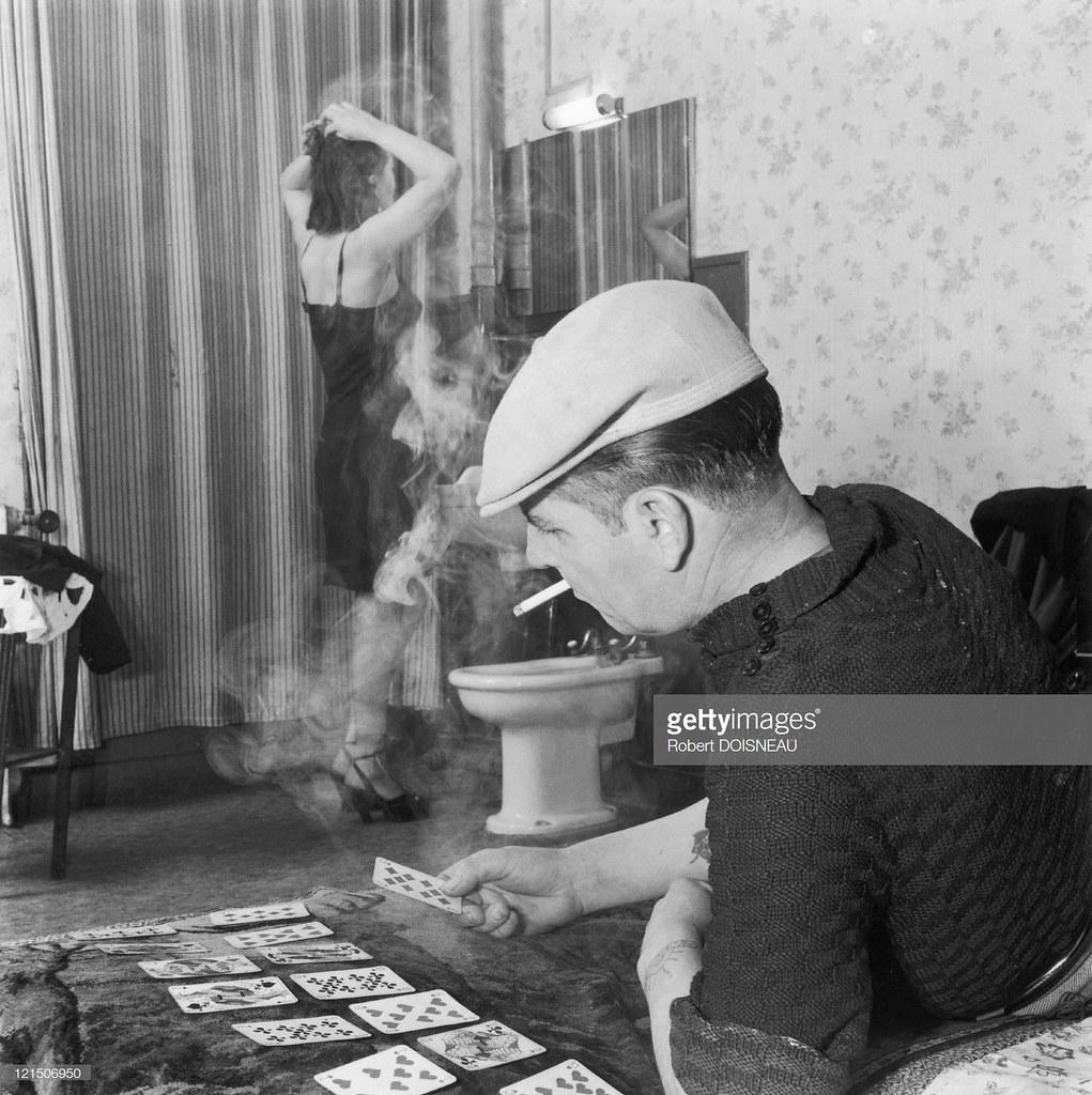 1952. Проститутка причесывается, пока ее мужчина играет в карты и курит