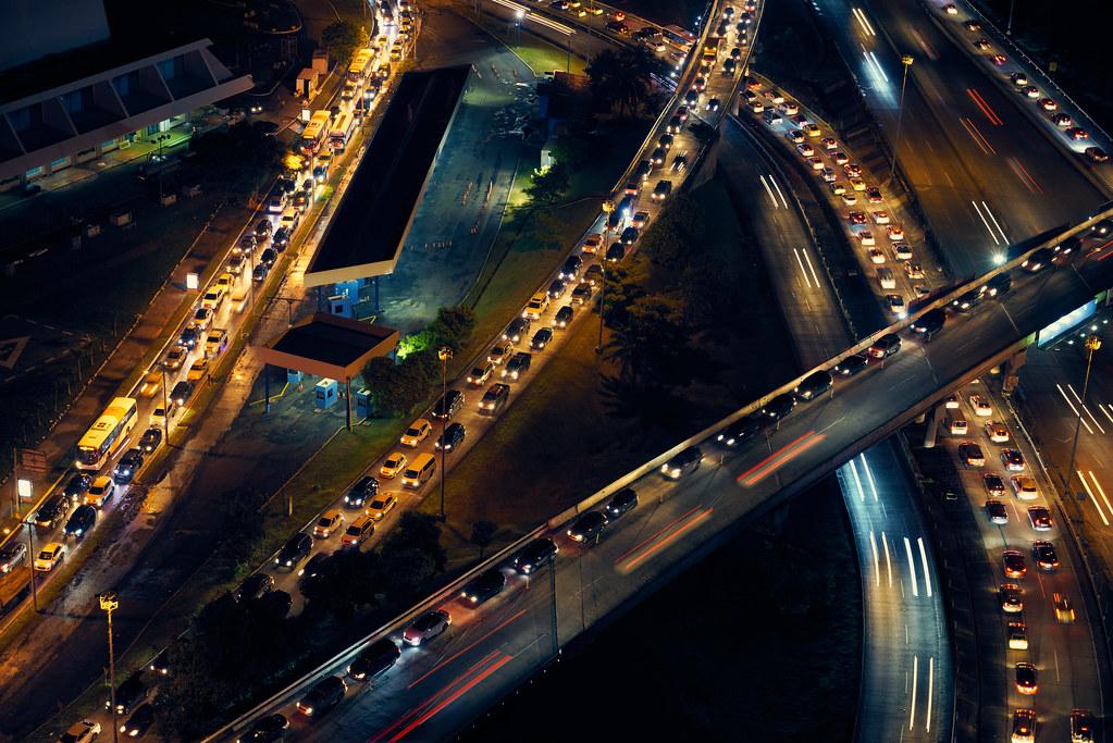 高速公路阻塞變成停車場,是大家連假出遊共同的經驗。