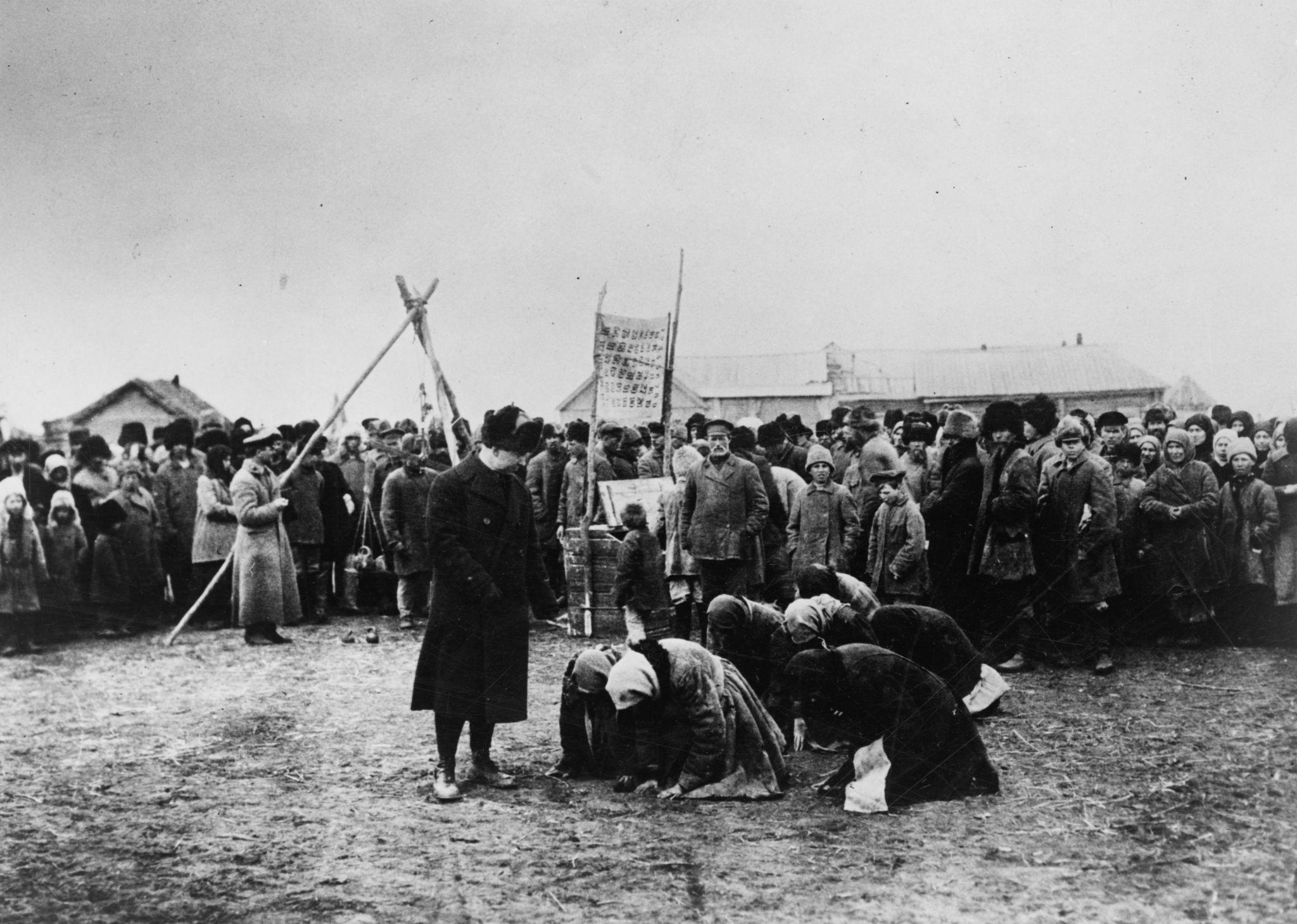 Голодные женщины преклоняют колени перед чиновниками американской благотворительной организации ARA