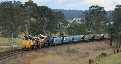 42306 & 42304 DU602 EMPTY COAL STRATFORD MINE TO DURALIE MINE NEAR CRAVEN, 27th Sept 2010
