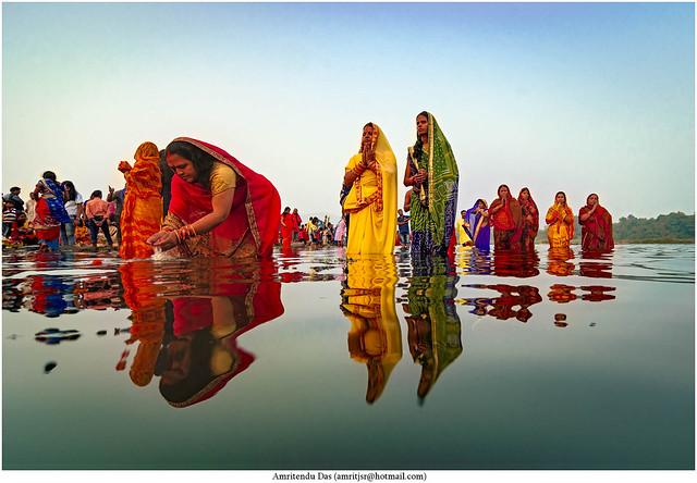 Chhaat Puja at Jamshedpur.... #amritendu #india #incredible_india #jamshedpur #jharkhand #streetsofindia #streetphotography #natgeotravel #natgeo #lonelyplanet #jharkhandtourism  #indiatourism #chhaatpuja #streetphotographyindia #india_undiscovered #IAMNi