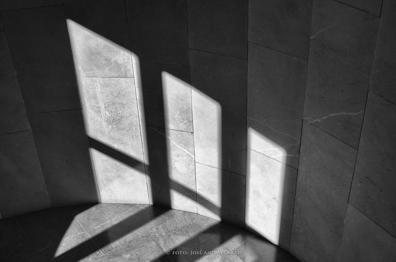 Luz proyectada por el Sol a través de una ventana en el rellano de una escalera