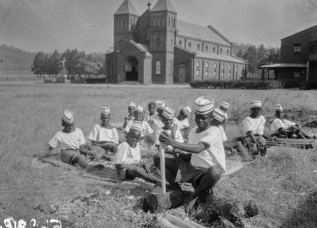 Солсбери. Группа подростков возле церкви
