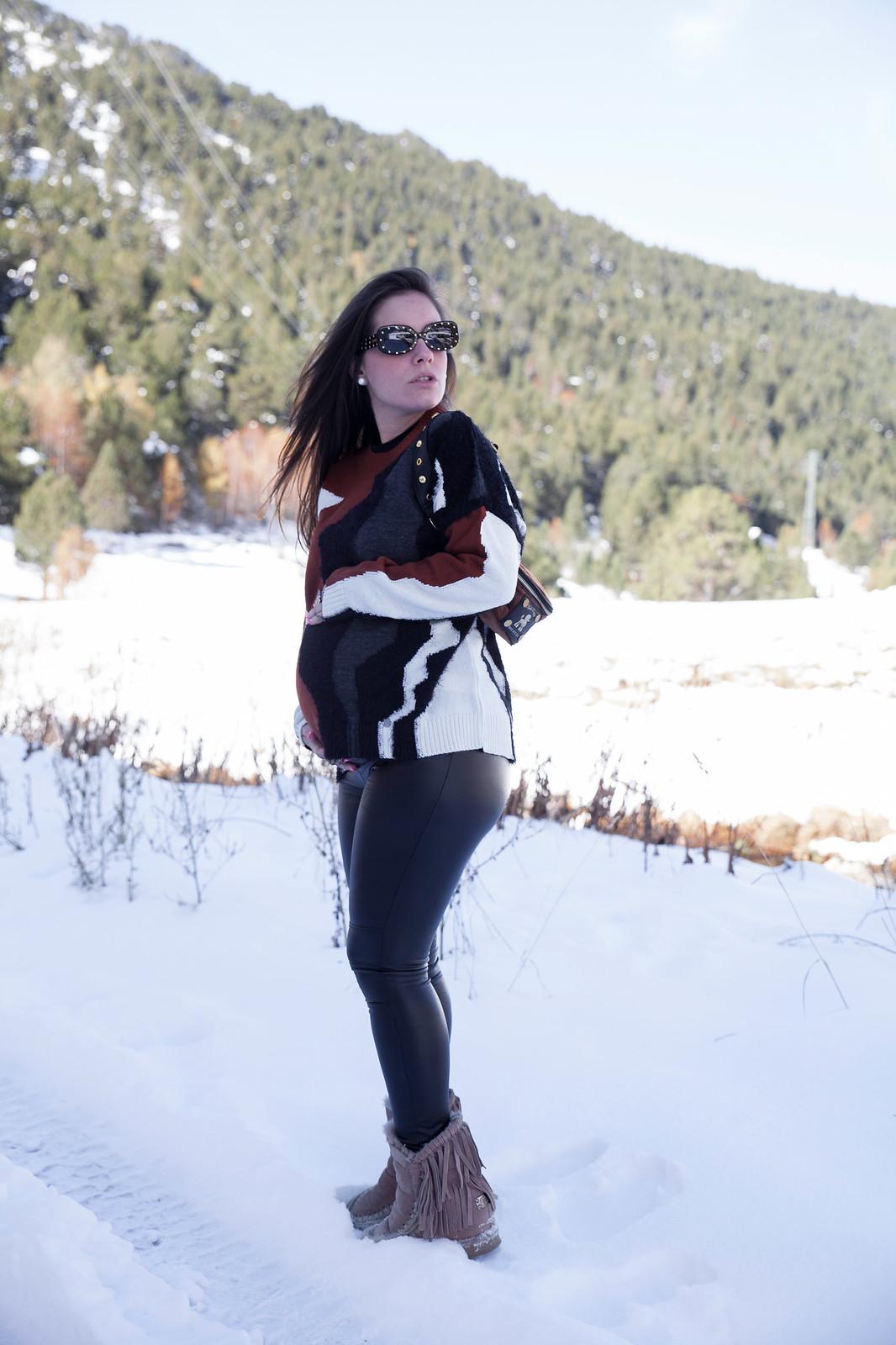 08_combinar_jersey_marron_outfit_nieve_embarazada_theguestgirl_embarazo_33semanas_pregnant_style_influencer_barcelona_embarazada_fashion_snow