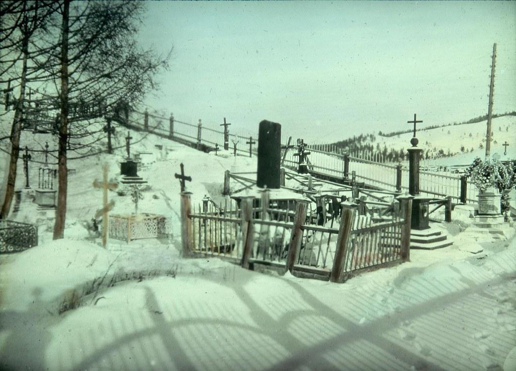 Занесенные снегом могилы на склоне кладбища