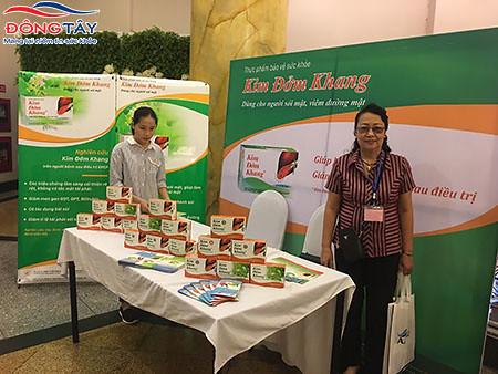 Các bác sĩ tham quan và tìm hiểu sản phẩm Kim Đởm Khang tại gian trưng bày