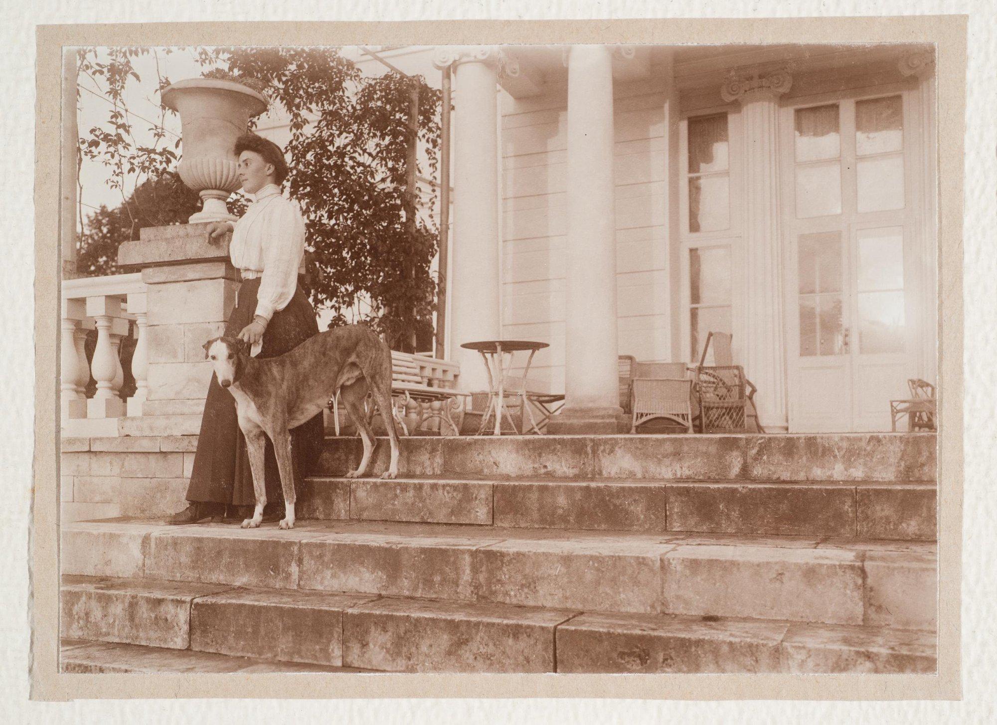 1910. Княжна Мария Николаевна Щербатова на лестнице в Братцеве