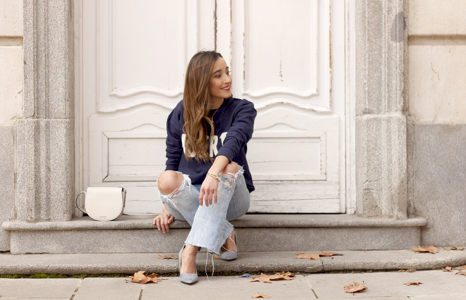 Sweatshirt ripped jeans clavin klein white bag high heels street style outfit 20198