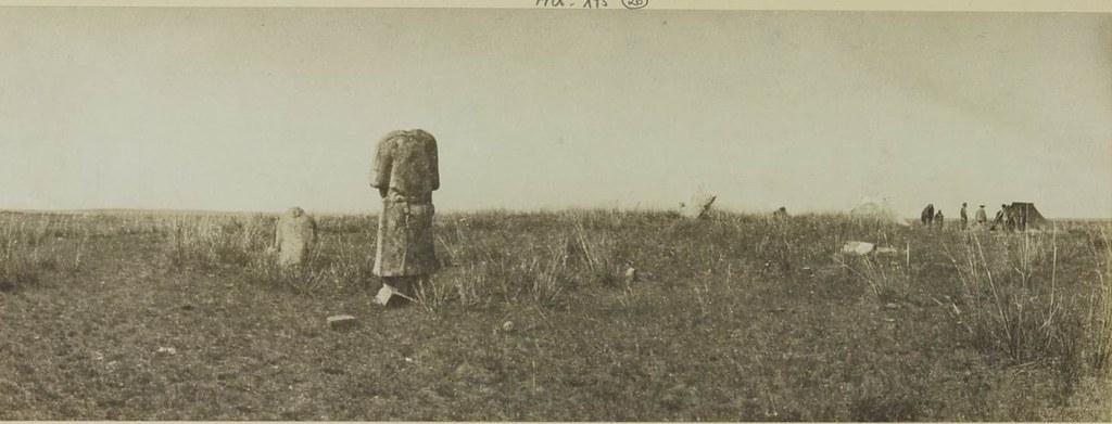26. Кошо-Цайдам, на берегу р. Орхон. Эти же статуи видны спереди