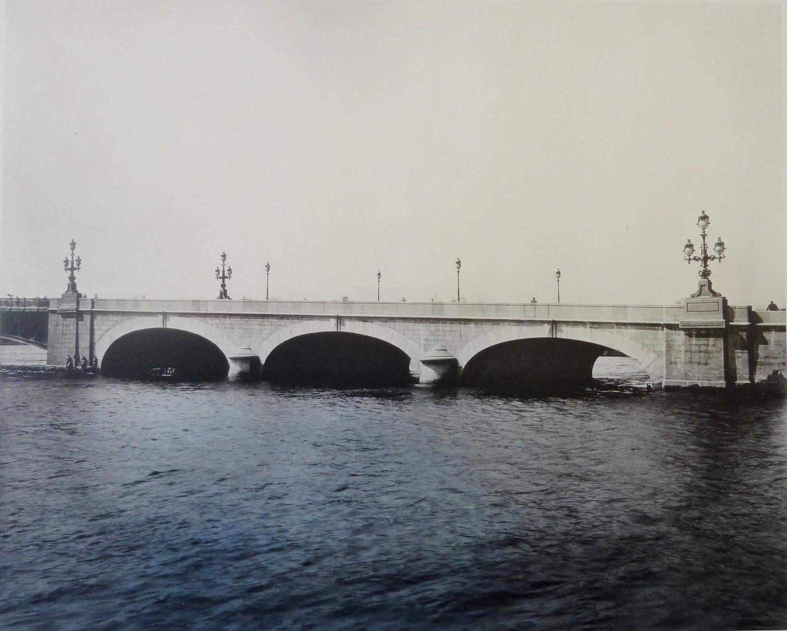 1903. Общий вид гранитной дамбы Троицкого моста. 14 мая