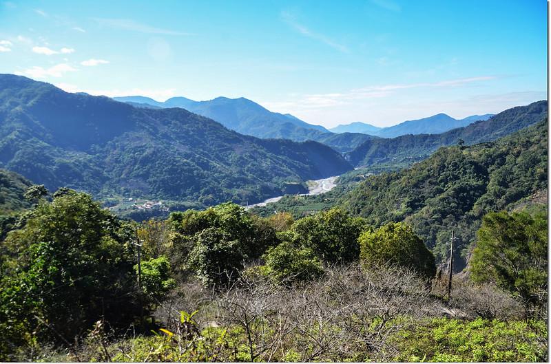 塔羅留山產道(815 m)西南眺群山 3