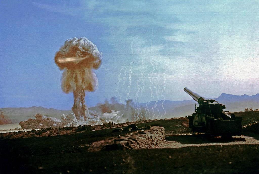 1953. Огненный шар поднимается во время испытания ядерной артиллерии. 25 мая  года.  Най Каунти, штат Невада, США