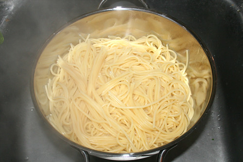 13 - Nudeln abgießen / Drain noodles