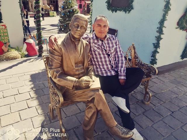 Con la estatua de Ramón López Velarde