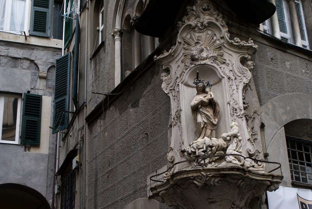 Belle madone, sculpture du Vieux Gènes.