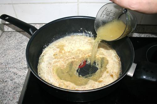 22 - Mit Hühnerbrühe ablöschen / Deglaze with chicken broth