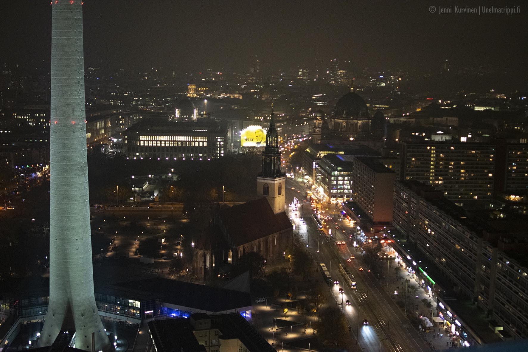 Katunäkymä Park Inn Berlin -hotellin näköalatasanteelta kuvattuna illalla