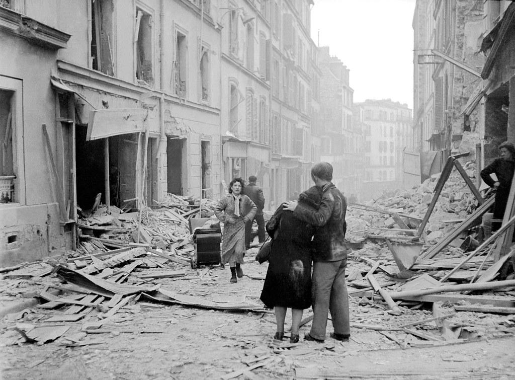 1942. Парижане на развалинах своей улицы после бомбардировки союзников