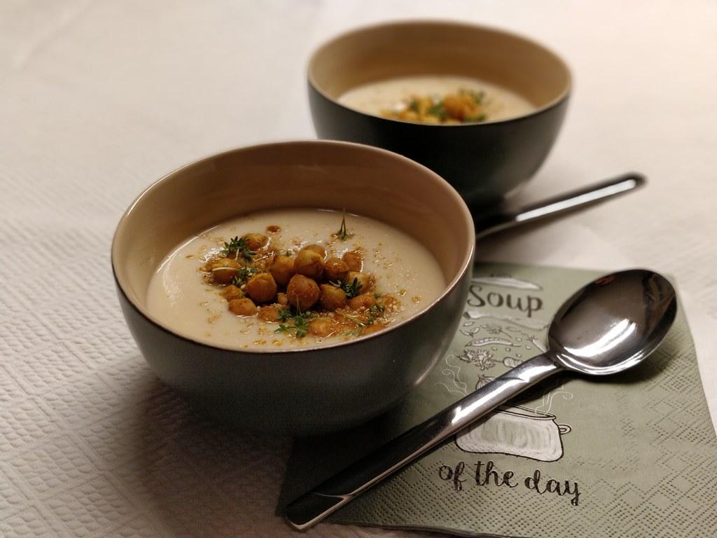 Sellerie-Kokos-Suppe mit gerösteten Kichererbsen