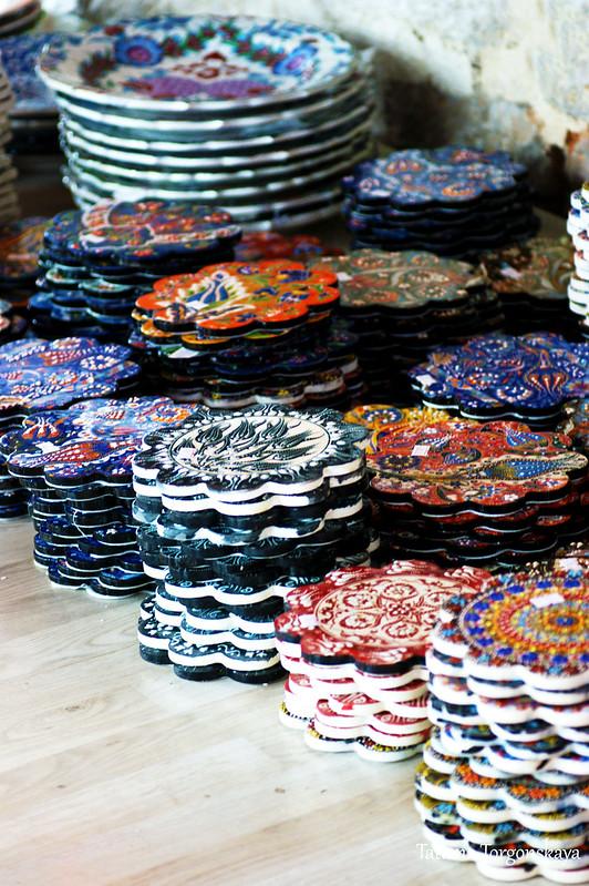 Керамические изделия в восточном сувенирном магазине