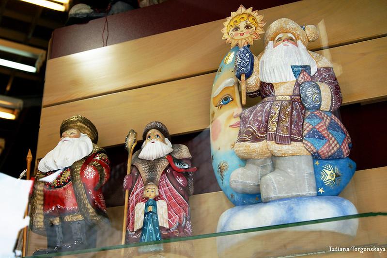 Новогодние игрушки в витрине которского сувенирного магазина