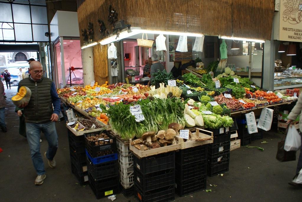 Fruits et légumes et champignons au Mercato Orientale à Gènes.