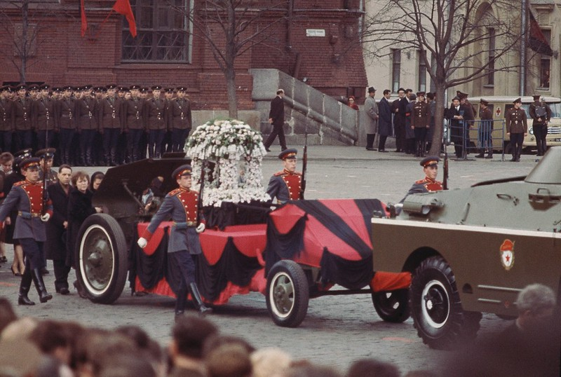 1967. Похороны Владимира Комарова. Траурная процессия. 26 апреля