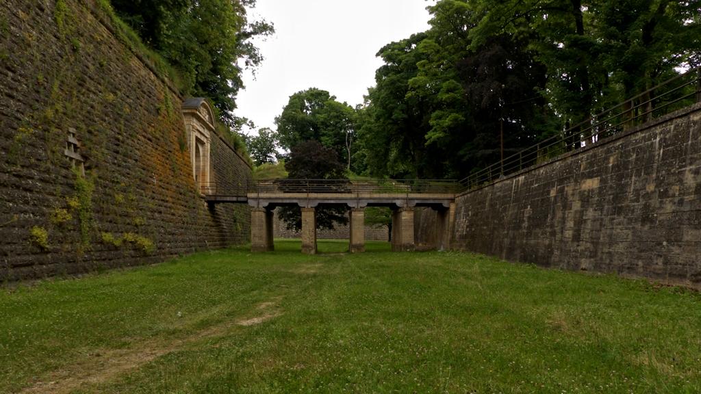 Im Graben zwischen Ravelin und äußerer Befestigung