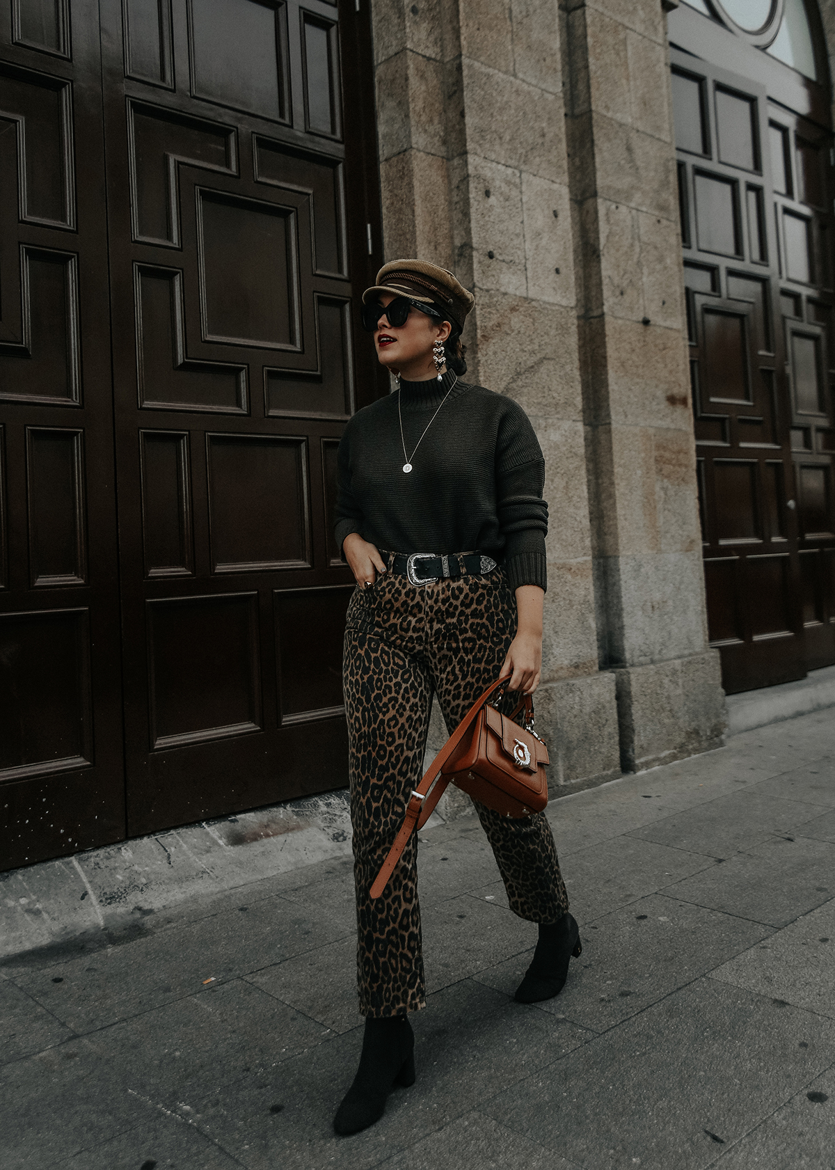 pantalones-leopardo-look-botines-ysl-streetstyle2
