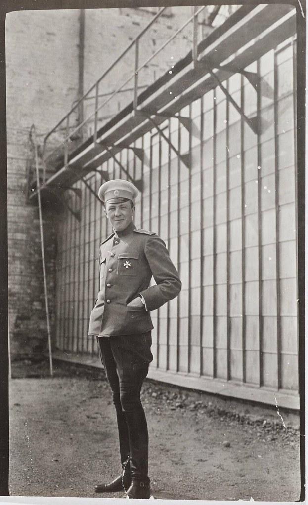 1912. Князь Петр Владимирович Урусов около оранжерее в Поречье