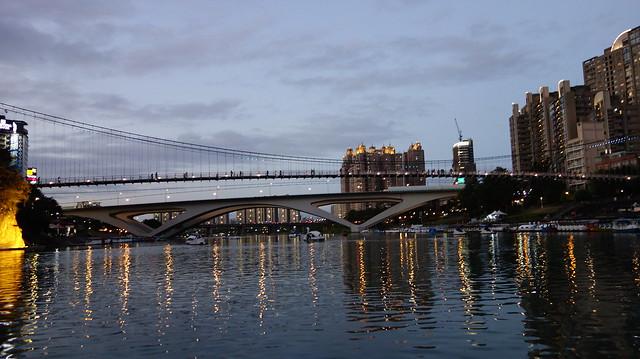 橋上和附近的建案也快速地亮起了燈