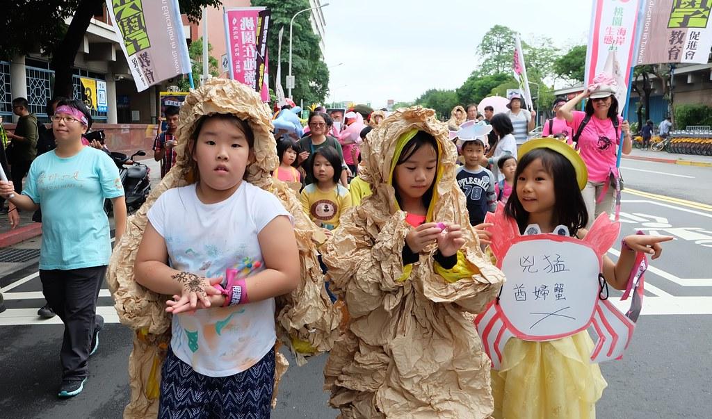 遊行隊伍由小朋友裝扮成藻礁、ㄚ髻鮫、大柴山多杯孔珊帶頭出發。攝影:陳文姿