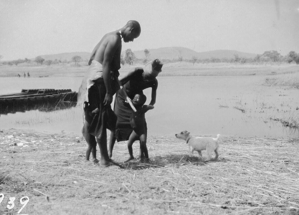 Окрестности Катабы. Двое мужчин на берегу реки с детьми и собакой