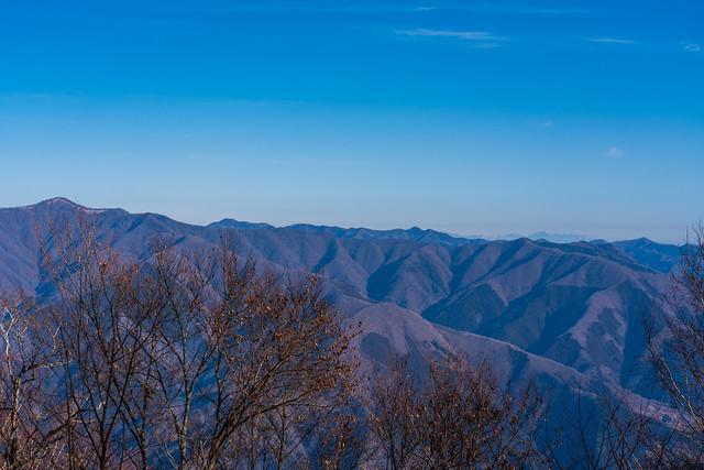 鷹ノ巣山~六ッ石山と背後の長沢背稜