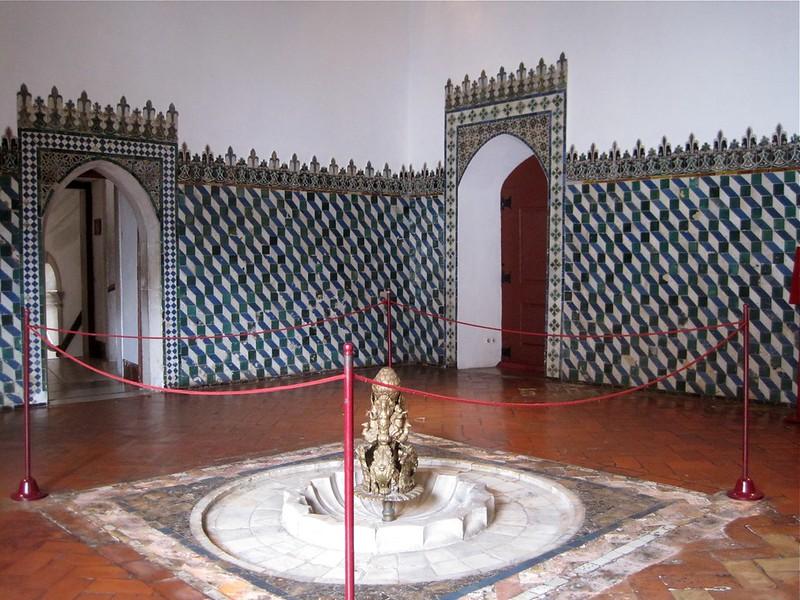 Bedroom_with_fountain_in_Palacio_Nacional_de_Sintra
