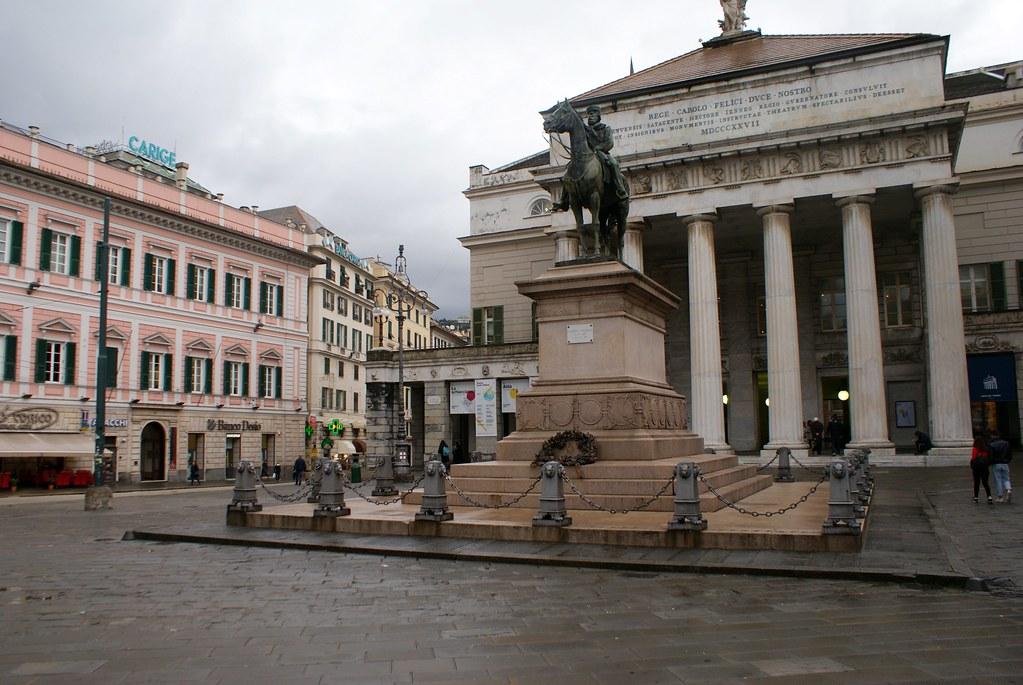 Devant l'opéra Carlo Felice à Gènes.