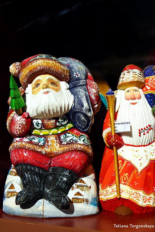 Деды Морозы в сувенирном магазине