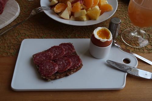Mettwurst auf Vollkornbrot zum Frühstücksei