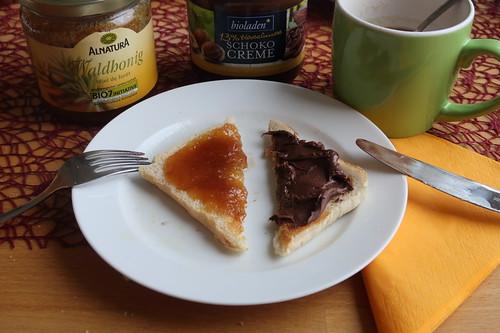 Waldhonig und Schokocreme auf Toast