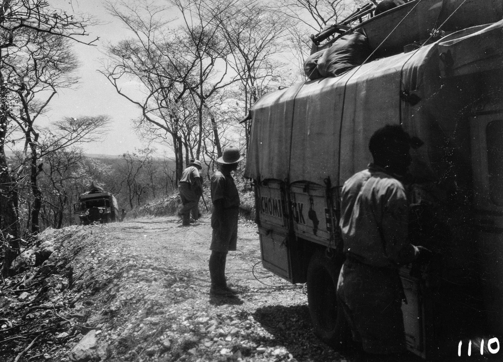 1110. Лундази. Экспедиционный грузовик на проселочной дороге..