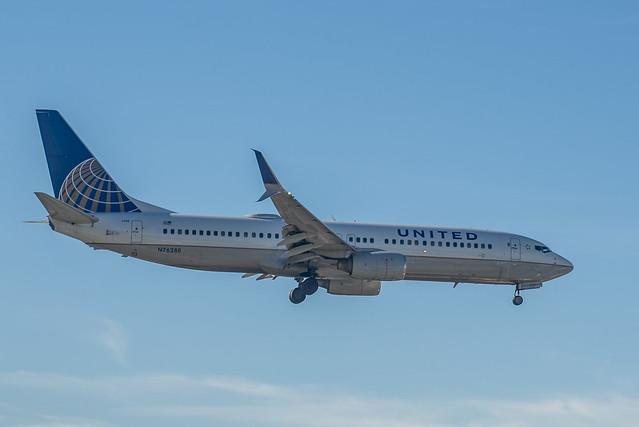 United 737-800 on final at KSAN